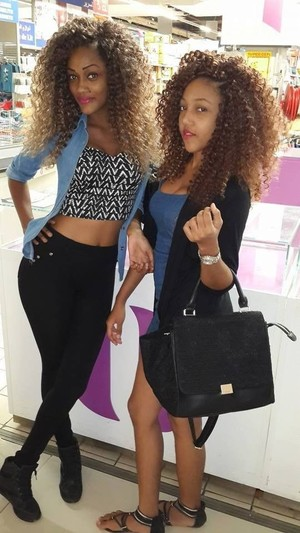 Nero afro babes in posa